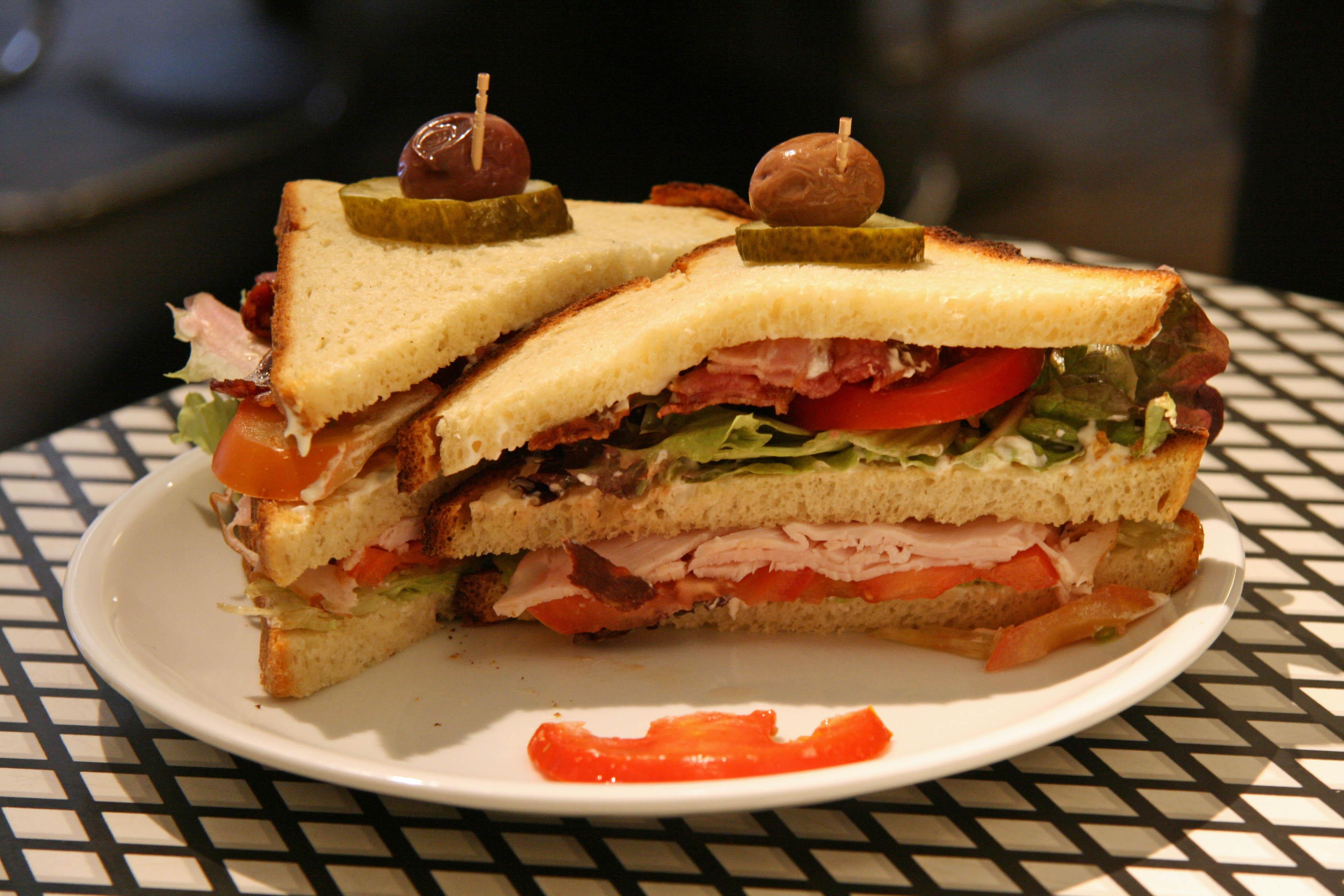 club-sandwich-auf-kartoffelbrot-at-baromis-deli